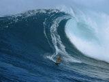 Surfista che cavalca un'onda gigante vicino alla costa dell'isola di Maui Stampa fotografica di Patrick McFeeley
