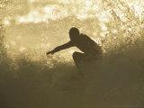 Surfeur entouré des éclaboussures d'une vague se brisant Photographie par Tim Laman