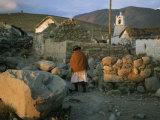 Une femme aymara et un chat sur un chemin dans un village de l'Atacama Desert Reproduction photographique par Joel Sartore