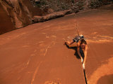 A Young Woman Climbing in Canyonlands National Park Fotografisk tryk af Jimmy Chin