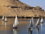 Feluccas on the Nile Sail Past the Tombs of Qubbat Al Hawa at Aswan Fotografisk tryk af Kenneth Garrett