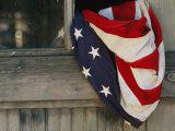 Drapeau américain coincé dans la fenêtre ouverte d'une grange Papier Photo par Raul Touzon