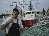 Pêcheur réparant ses filets Photographie par Medford Taylor