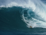 A Surfer Rides a Powerful Wave off the North Shore of Maui Island Fotografisk trykk av Patrick McFeeley