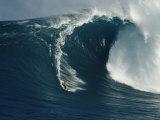 Ein Wellenreiter reitet auf einer mächtigen Welle vor der Nordküste von Maui Fotodruck von Patrick McFeeley