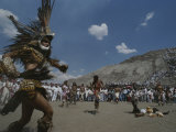 Traditional Dancing at the Pyramid of the Sun on the Spring Equinox Fotografisk tryk af Kenneth Garrett