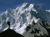A Man Stands Silhouetted against the Karakoram Mountains, Pakistan Papier Photo par Jimmy Chin