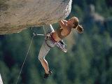 A Female Climber Negotiates an Overhang Fotografisk trykk av Bobby Model