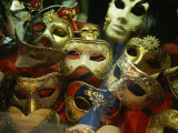 Display of Venetian Masks in a Shop Window Fotografie-Druck von Todd Gipstein