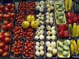 Colorful Vegetables in Paperboard Baskets Line a Table Fotografisk tryk af Paul Chesley