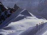 Randonneurs sur un chemin à travers un champ de neige dans les Alpes françaises Papier Photo par Paul Chesley