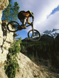 Man Jumping on His Mountain Bike with Ha Ling Peak in the Background Fotografisk tryk af Mark Cosslett