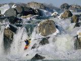 Kayaker Running Great Falls on the Potomac River in Winter Fotografisk tryk af Skip Brown