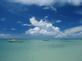 Clouds and Boats, Aruba Lámina fotográfica por Brown, Skip
