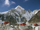 The Mount Everest Expedition Campsite on a Mountain Side Strewn with Boulders Fotografisk tryk af Barry Bishop