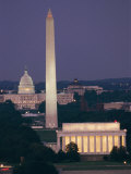 A Night View of the Lincoln Memorial, Washington Monument, and Capitol Building Impressão fotográfica por Richard Nowitz