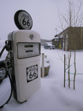 Snow-Covered Gas Pump on Historic Route 66 Fotografisk tryk af Rich Reid