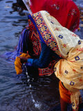 Women Washing Saris at Man Mandir Ghat, Varanasi, Uttar Pradesh, India Fotodruck von Richard I'Anson