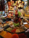 Spice Stall at Misir Carsisi in Eminonu, Istanbul, Turkey Fotografisk tryk af Izzet Keribar