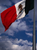 Large national flag flying in El Zocalo, Mexico City, Mexico Lámina fotográfica por Charlotte Hindle