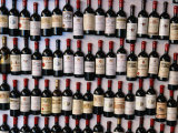 Fridge Magnet Wine Bottles., St. Emilion, Aquitaine, France Fotografisk tryk af Greg Elms