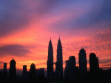 City Skyline at Sunrise Dominated by Petronas Twin Towers, Kuala Lumpur, Malaysia Photographie par Manfred Gottschalk