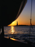 Statue of Liberty at Sunset from Staten Island Ferry, New York City, New York, USA Papier Photo par Angus Oborn
