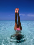 A Female Swimming in Crystal Clear Waters, Bahamas Lámina fotográfica por Greg Johnston
