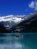 Canoeing Lake Louise in the Canadian Rockies, Lake Louise, Alberta, Canada Fotografisk trykk av Jan Stromme