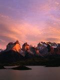 Sunrise Over Lago Pehoe and Cuernos Del Paine, Torres Del Paine National Park, Chile Fotografisk trykk av Brent Winebrenner