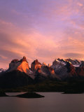 Sunrise Over Lago Pehoe and Cuernos Del Paine, Torres Del Paine National Park, Chile Impressão fotográfica por Brent Winebrenner
