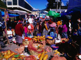 Crowds Shopping on Market Day, Totonicapan, Guatemala Lámina fotográfica por Richard I'Anson