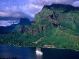 A Sailboat Cruises Past Mountainous Shoreline, Moorea, Society Islands, The, French Polynesia Fotodruck von Peter Hendrie