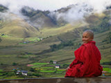Monk and Farmlands in the Phobjikha Valley, Gangtey Village, Bhutan Fotografie-Druck von Keren Su