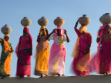 Women Carrying Pottery Jugs of Water, Thar Desert, Jaisalmer, Rajasthan, India Lámina fotográfica por Philip Kramer