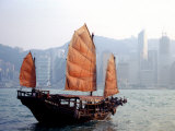 Duk Ling Junk Boat Sails in Victoria Harbor, Hong Kong, China Photographie par Russell Gordon