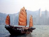 Duk Ling Junk Boat Sails in Victoria Harbor, Hong Kong, China Fotografisk trykk av Russell Gordon
