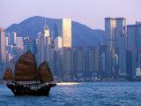 Junk Sailing in Hong Kong Harbor, Hong Kong, China Fotografisk trykk av Paul Souders