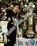 Sidney Crosby with the 2007-08 Prince of Wales Trophy Photo