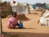 A Girl Washes Plates for Her Family in the North Darfur Refugee Camp of El Sallam October 4, 2006 Fotografisk tryk af Alfred De Montesquiou
