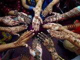 Jeunes filles pakistanaises montrant leurs mains décorées au henné pour le festival musulman de Eid-Al-Fitr Reproduction photographique par Khalid Tanveer