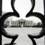 A Light Dusting of Snow Covers the Ground in Front of the White House Photographie par Ron Edmonds
