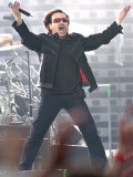 Bono Gets the Crowd to Join In, Pop Band U2 on Stage at Hampden Park Glasgow, June 2005 Fotografisk trykk