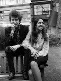 Bob Dylan and Joan Biaz in the Savoy Gardens, April 1965 Fotografie-Druck