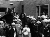 John Lennon and Wife Yoko Ono, at Holmrook Special School in Liverpool, June 1969 Fotografisk tryk