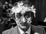 Sid James after Having Cream Cake Thrown at Face, Films Carry on Loving Film, 1970 Fotografie-Druck