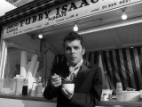 Ian Dury Outside the East End Stall of Tubby Isaacs Eating Bowl of Jellied Eels Fotoprint