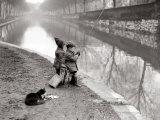 Barn som fisker i elv Fotografisk trykk