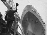 Shipyard Director Waves off the Ship at the Launch of the Transvaal Castle, January 1961 Photographie