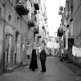 A Priest Chats to an Elderly Man in a Street, Naples, Italy 1957 Fotografie-Druck